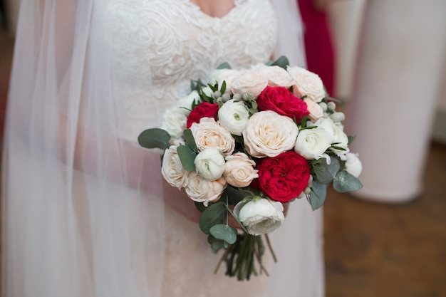 Magnifico Ramo De Flores Rojas Y Blancas En Las Manos De La Novia