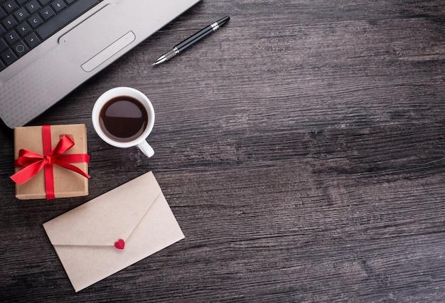 Mail en blanco mensaje página portátil Foto Gratis