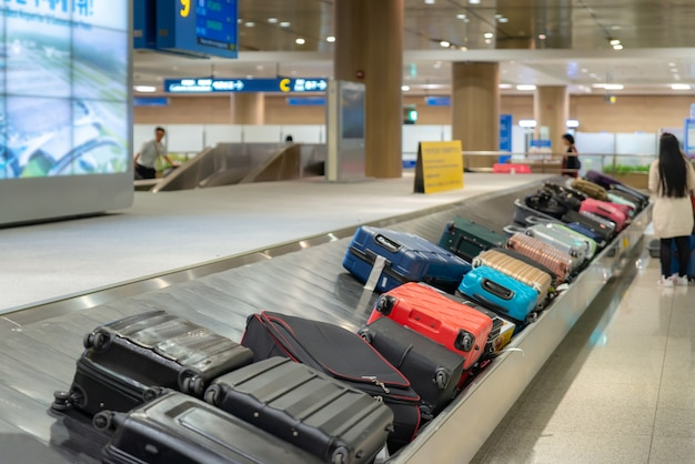 Maleta o equipaje con cinta transportadora en el aeropuerto. Foto Premium
