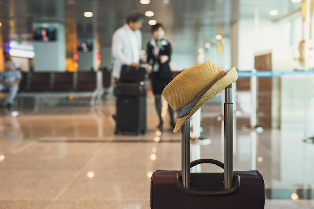 c11ca5dc9 Maleta de viaje en la terminal del aeropuerto | Descargar Fotos premium