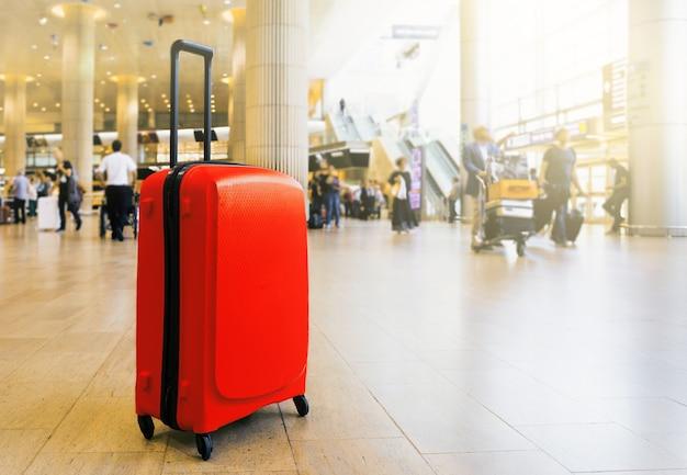 Maleta en la zona de espera de la terminal del aeropuerto del aeropuerto con zona de descanso. Foto Premium