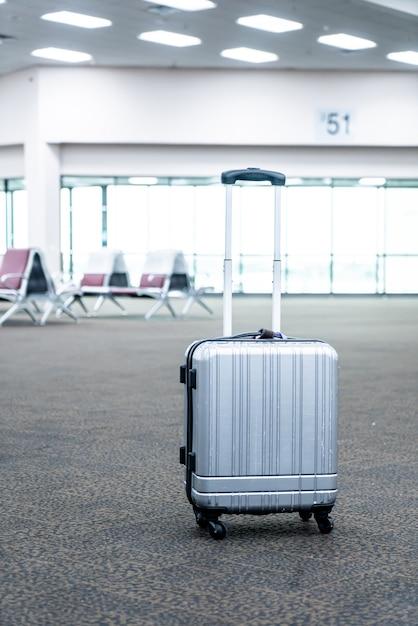 e0ae2bebe Maletas de viajero en la terminal del aeropuerto | Descargar Fotos ...