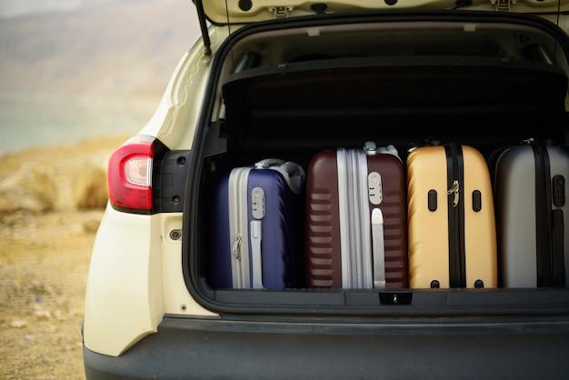 Maletero abierto lleno de maletas, maletas, maletas. Foto Premium