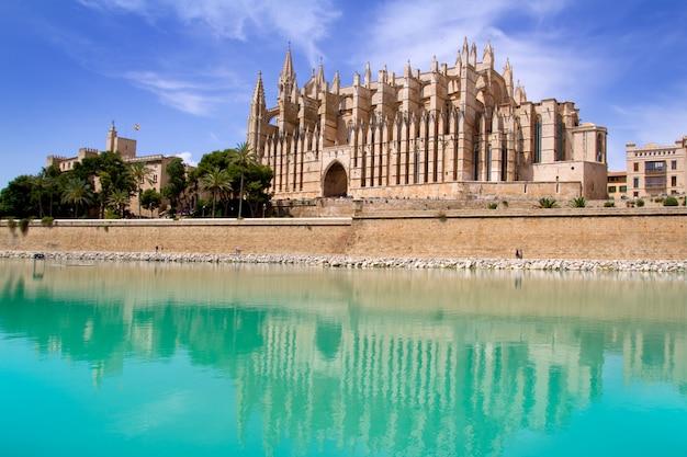 Mallorca la seu, catedral y almudaina de palma. Foto Premium