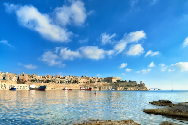Malta, vista sobre la valeta con su arquitectura tradicional. Foto Premium