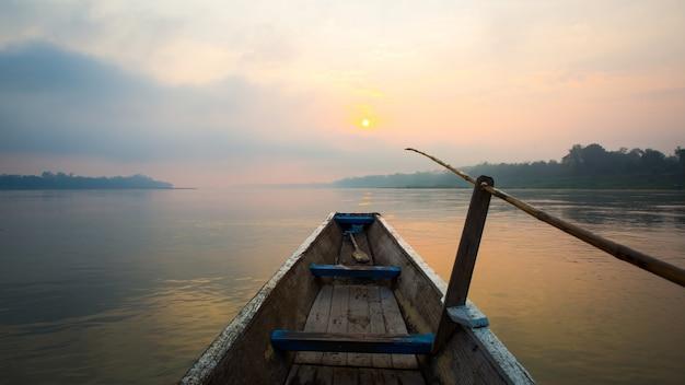 La mañana del lago con el barco Foto gratis