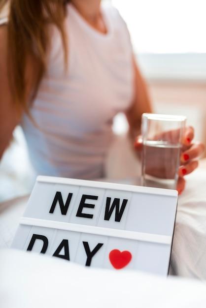Mañana mujer sosteniendo un vaso de agua Foto gratis