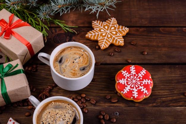 Mañana de navidad con fragantes cafés y regalos. Foto Premium