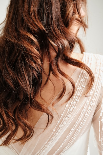 Mañana de la novia. la novia está de pie atrás, estudio, fondo blanco Foto Premium