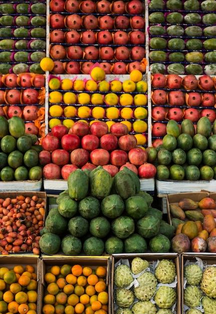 Mango, guayaba, melón, piña y granada se exhiben en el mercado agrícola. Foto Premium