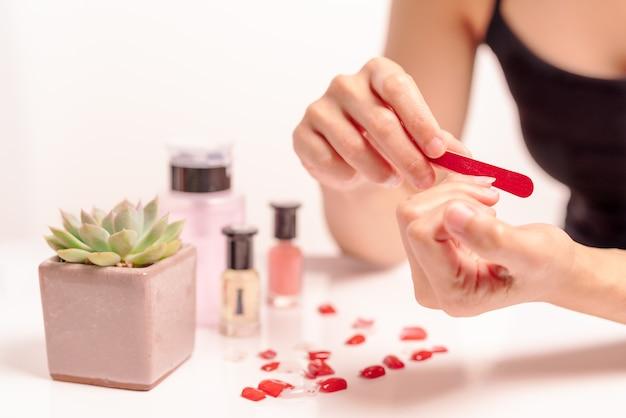 Manicure Y Adjunta Forma De Uñas Con Gel En Casa Concepto