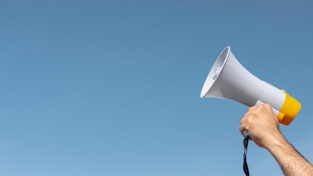 Manifestante con megáfono para demostración Foto Premium
