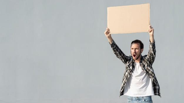 Manifestante de vista frontal con junta con maqueta Foto gratis