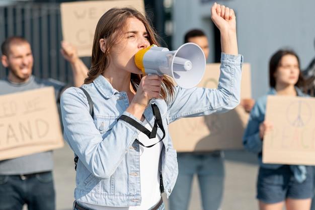 Manifestantes manifestando juntos por la paz Foto gratis