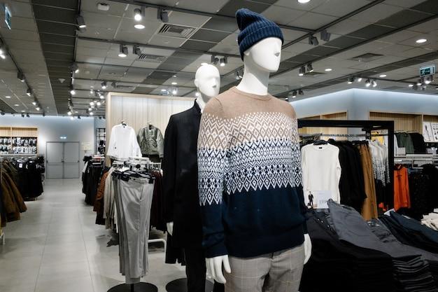 Maniquíes vestidos con ropa casual masculina en la tienda del centro comercial, colección de otoño e invierno Foto Premium