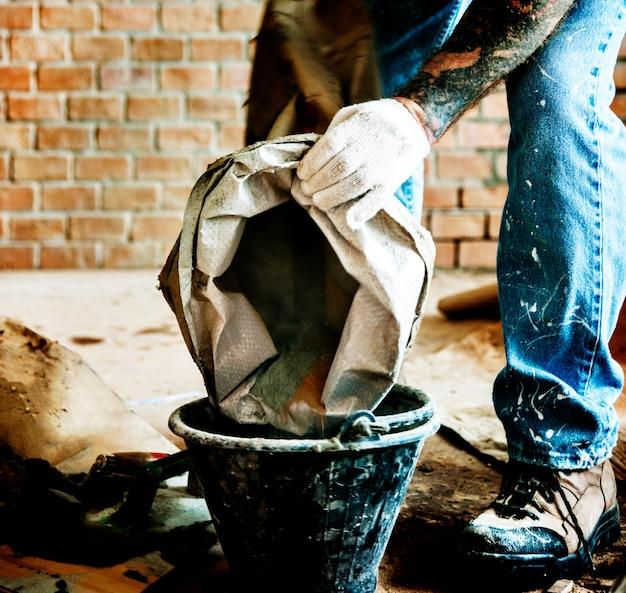 Manitas preparan el uso del cemento para la construcción. Foto gratis
