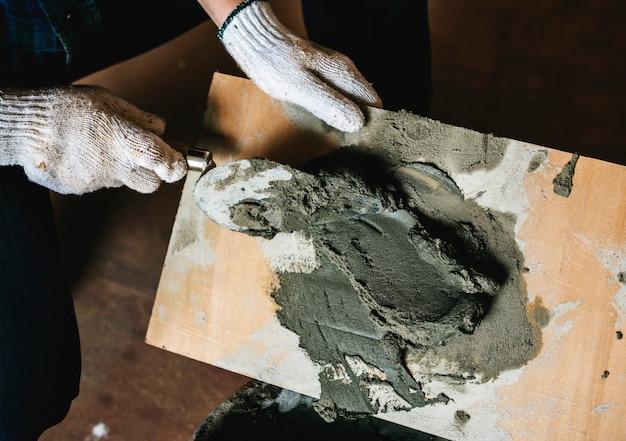 Manitas preparar el uso del cemento para la construcción Foto gratis