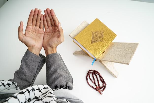 Mano abra el brazo mientras reza en la cultura islámica Foto Premium