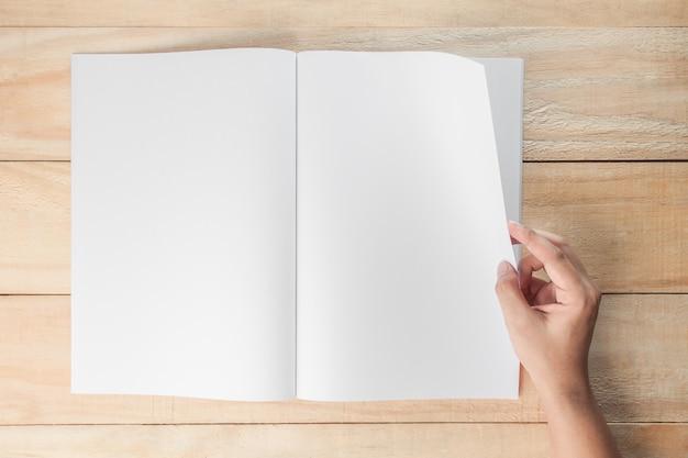 Mano Abrir Libro En Blanco O Revistas