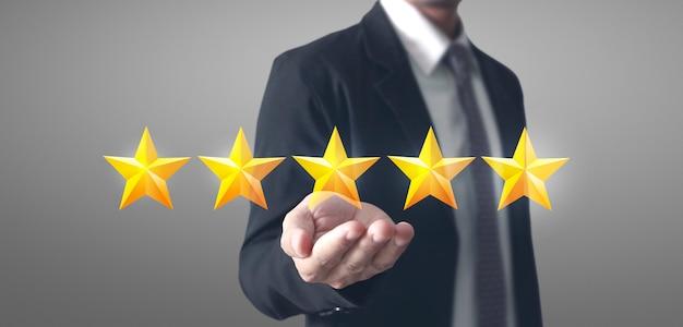 Mano de aumento conmovedor al aumentar cinco estrellas. aumentar el concepto de clasificación de evaluación de calificación Foto Premium