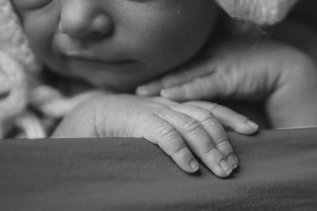 La mano del bebé, los dedos de cerca. brazos de bebé recién nacido, concepto de masaje de la infancia, cuidado de la salud, fiv, higiene Foto Premium