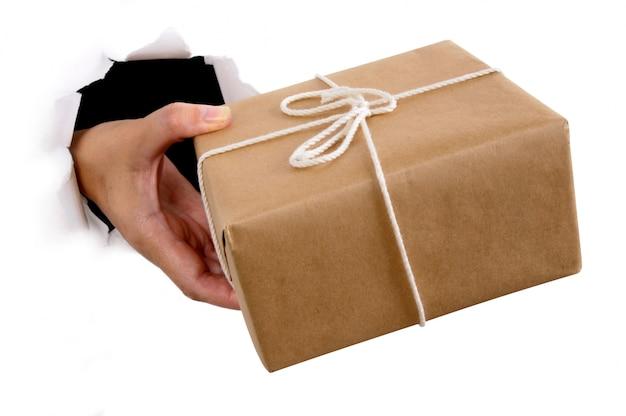 Mano de hombre entregando un paquete | Descargar Fotos gratis