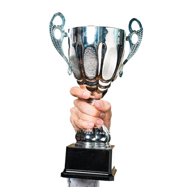 Mano de hombre sosteniendo sosteniendo un trofeo Foto Gratis