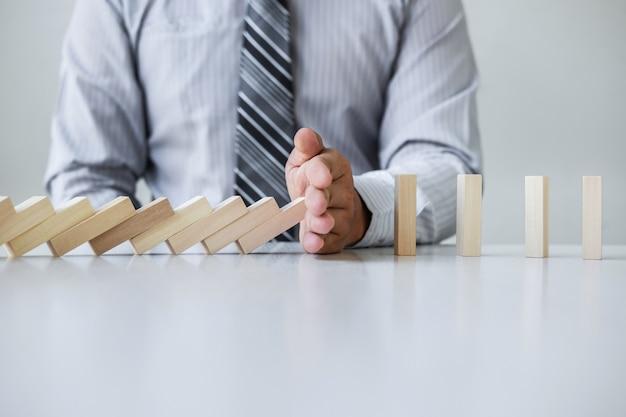 Resultado de imagen de mano deteniendo piezas de domino cayendo