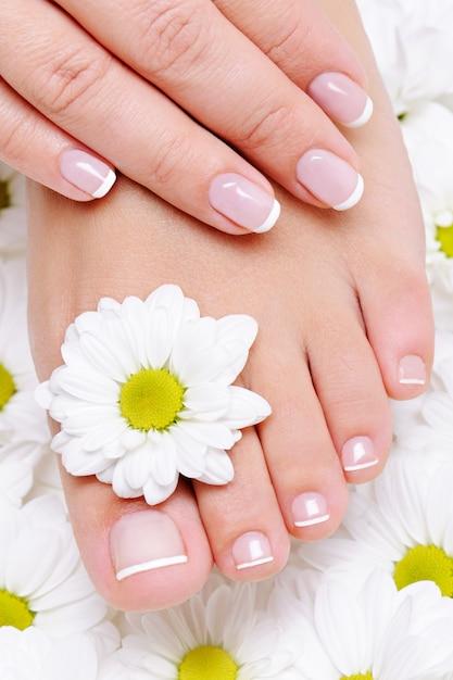 Mano femenina con hermosa manicura francesa en el pie puro y limpio Foto gratis
