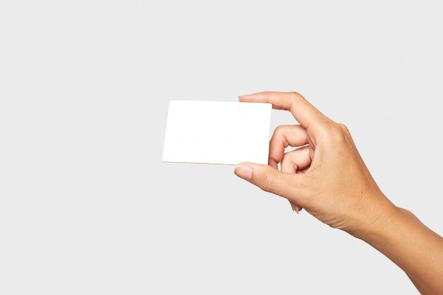 Mano femenina o masculina con tarjeta en blanco sobre blanco Foto Premium