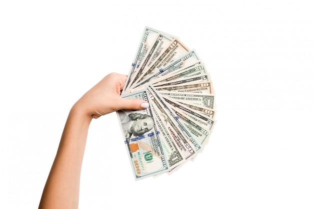 Mano femenina sosteniendo un abanico de billetes de dólar Foto Premium
