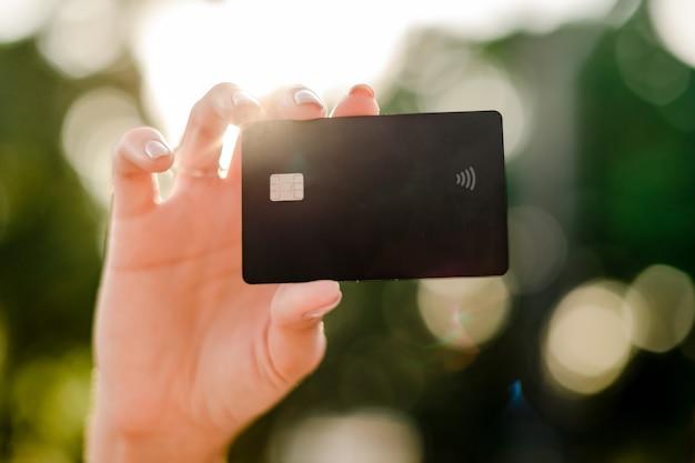 Mano femenina con tarjeta de crédito Foto Premium