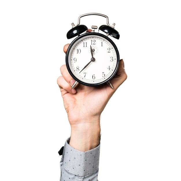Mano del hombre que sostiene el reloj de la vendimia Foto gratis