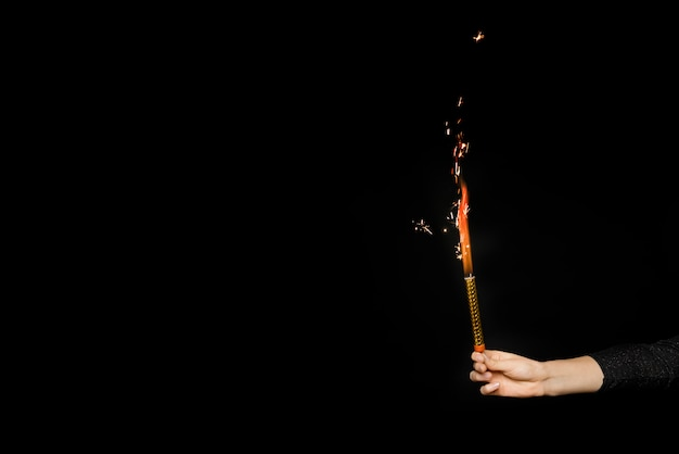 Mano humana con fuegos artificiales en llamas Foto gratis