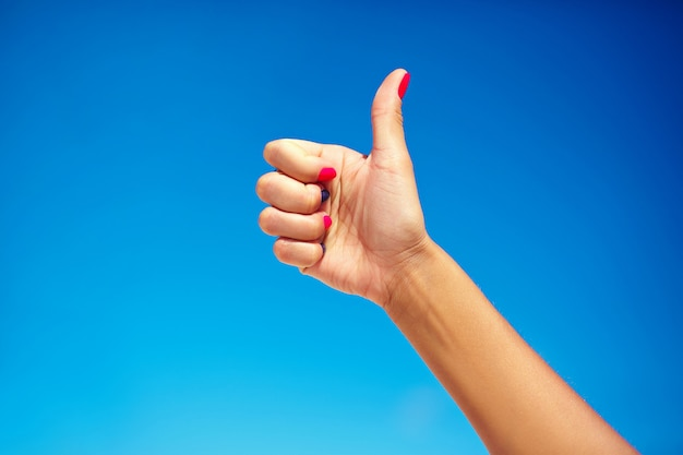 Mano humana mostrando el pulgar hacia arriba Foto gratis