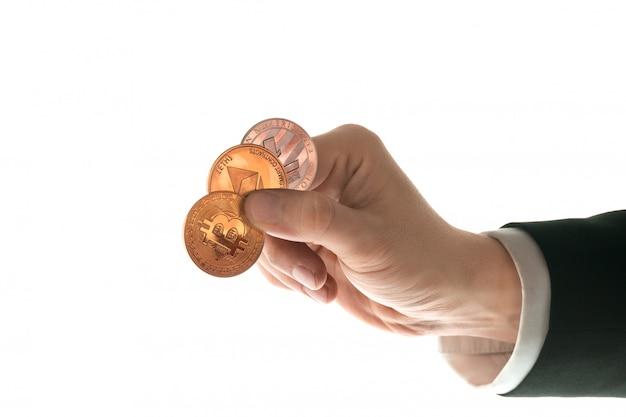 Mano masculina con bitcoin dorado sobre fondo blanco. Foto gratis