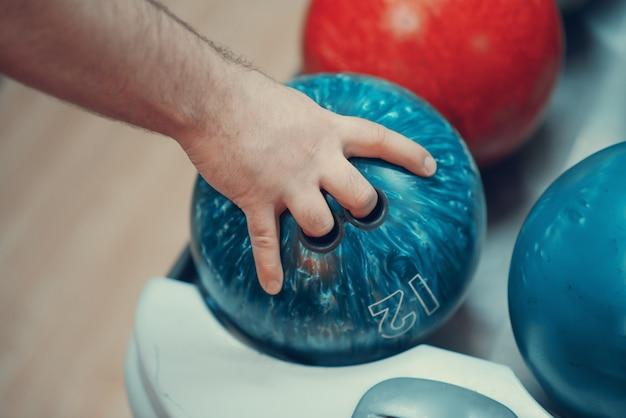 Mano masculina con bola de boliche Foto Premium