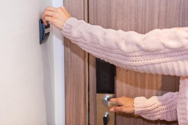 Mano de mujer insertando tarjeta en la habitación del hotel. Foto Premium