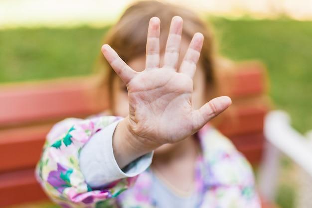 Mano de una niña, no me mires, las emociones de los niños, las relaciones, el miedo, la familia, los extraños | Foto Premium