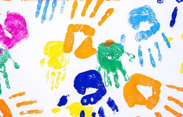 Mano de niño impresa en blanco. Foto Premium