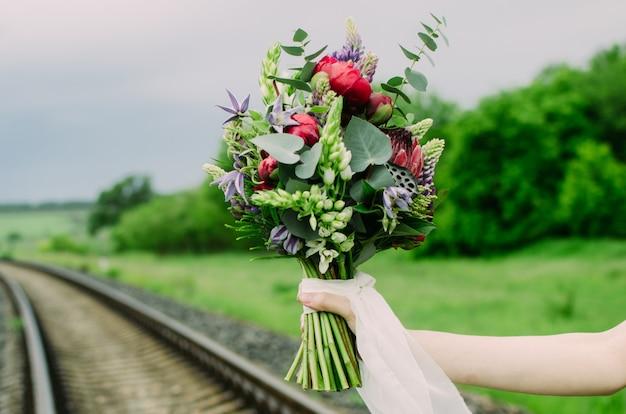 Mano de la novia con el ramo de la boda en sus manos. Foto Premium