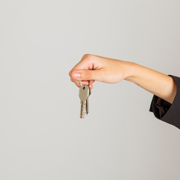 Mano ofreciendo llaves Foto gratis