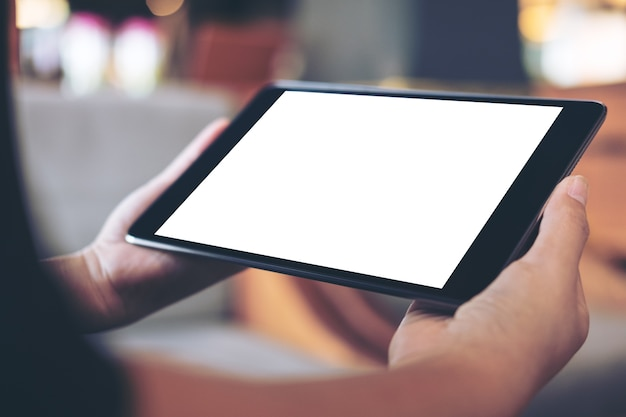 Mano que sostiene la pc de la tableta maqueta Foto Premium