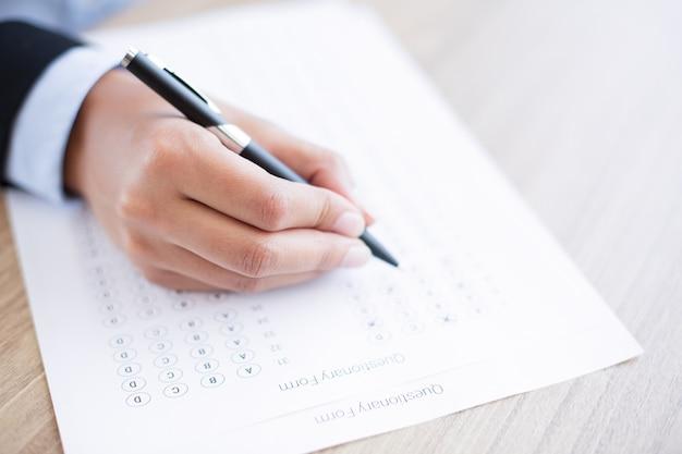 Mano rellenar formulario questionary Foto gratis