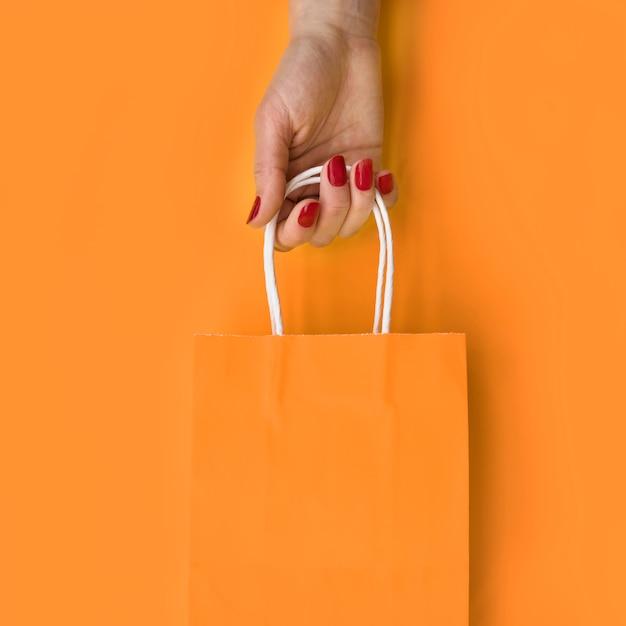 Mano sosteniendo bolsa de papel Foto gratis