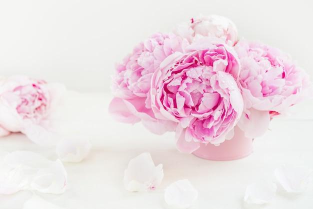 Manojo fresco de peonías rosadas en fondo ligero Foto Premium