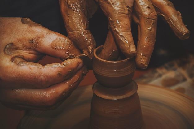 Las manos de un alfarero. Foto Premium