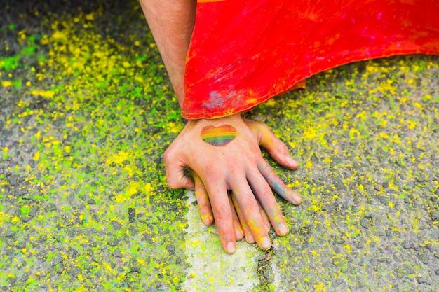 Las manos en el asfalto manchado Foto gratis