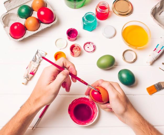 Manos Para Colorear Huevos De Pascua Cerca Del Recipiente