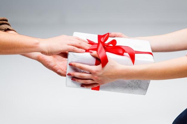 Manos dando y recibiendo un regalo Foto gratis